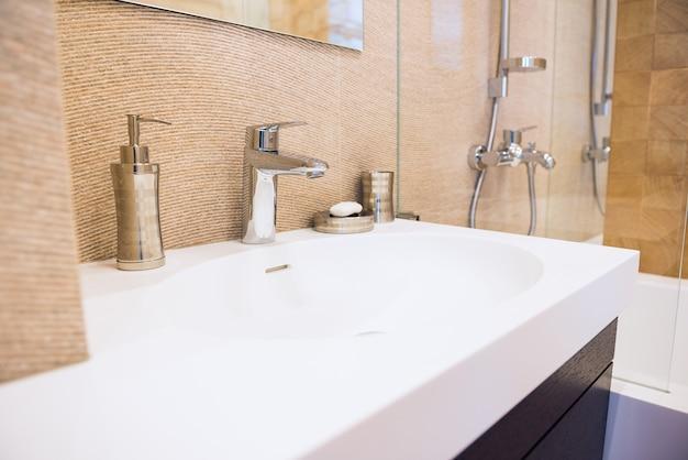 Weiße wanne und zubehör im modernen interieur. interieur und design, sauberkeit und hygiene Premium Fotos