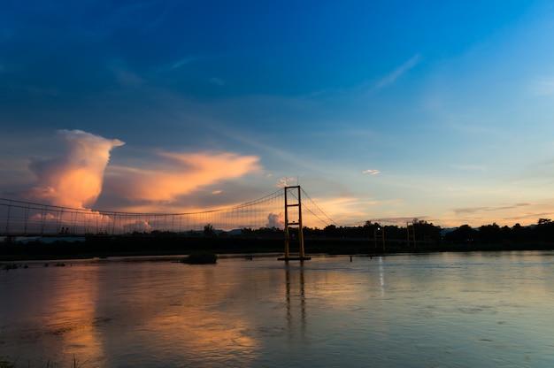 Weiße wolke auf blauem himmel und suspendierung vor dem sonnenuntergang Premium Fotos