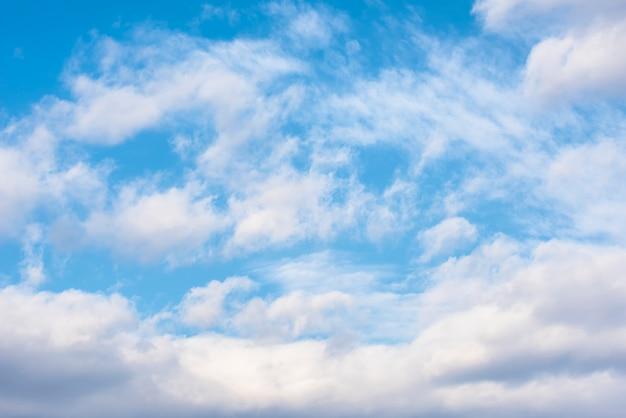 Weiße wolke der schönheit und blauer himmel Premium Fotos