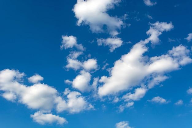 Weiße wolken auf einem klaren hintergrund des blauen himmels Premium Fotos