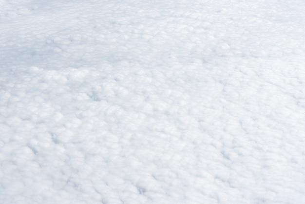 Weiße wolken scape draufsicht. reiner natürlicher luftwetterhintergrund. freiheit und reisekonzept. Premium Fotos