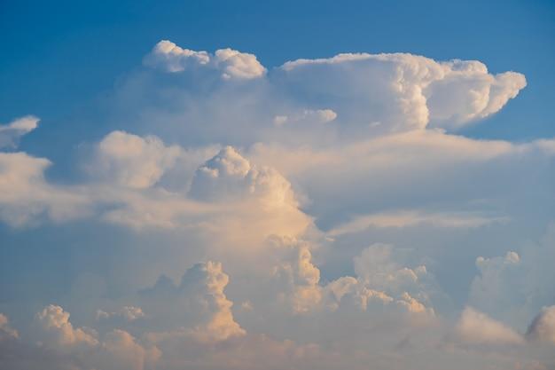 Weiße wolken und blauer himmel, ein blick vom flugzeugfenster Premium Fotos