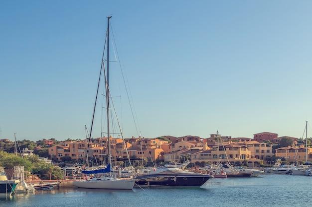 Weiße yachten im hafen. Premium Fotos