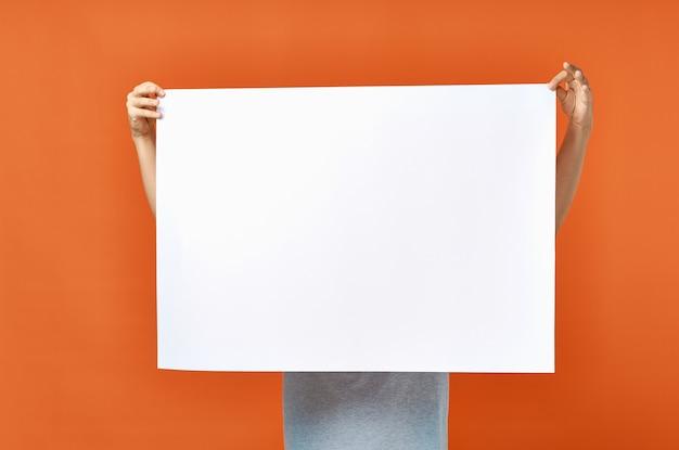 Weißer blatt papierwerbung mann im orange modellplakat Premium Fotos