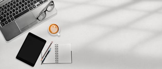 Weißer bürodesktoparbeitsplatz mit kopienraum, geschäftskonzept der flachen lage Premium Fotos