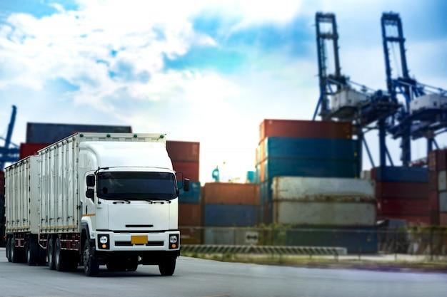 Weißer container-lkw der fracht in der schiffshafen logistik Premium Fotos