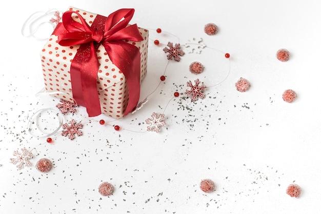 Weißer festlicher hintergrund des neuen jahres mit geschenk gebunden mit rotem band. Kostenlose Fotos
