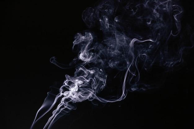 Weißer gewellter rauch auf schwarzem hintergrund Kostenlose Fotos