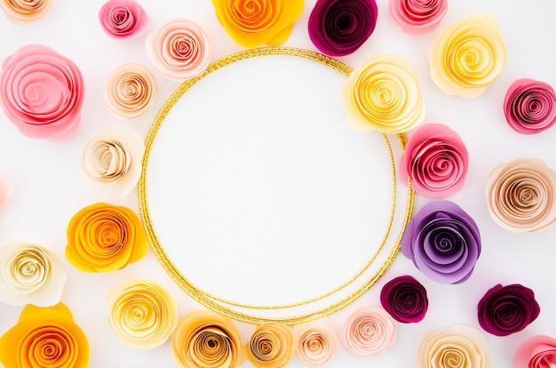 Weißer hintergrund der draufsicht mit rundem papierblumenrahmen Kostenlose Fotos