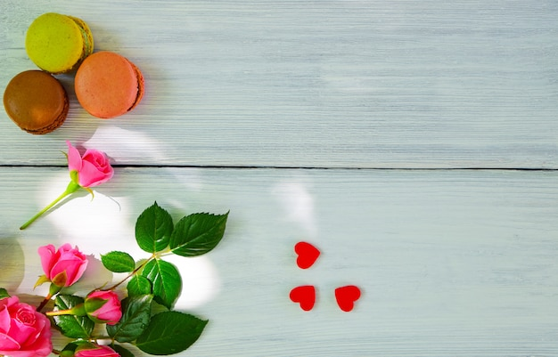 Weißer hölzerner hintergrund und ein blumenstrauß von rosa rosen Premium Fotos