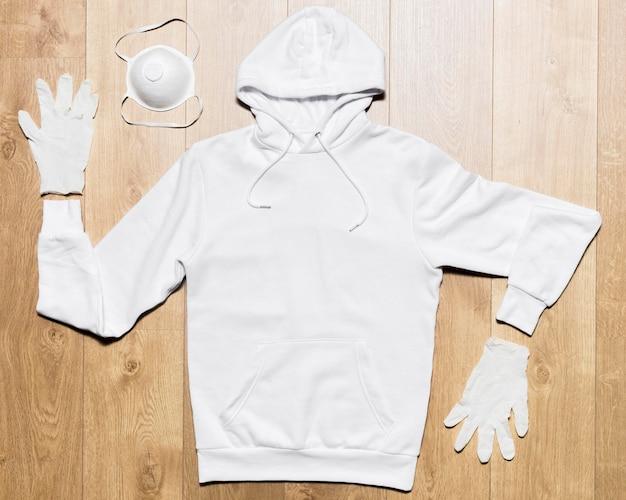Weißer hoodie mit maske und handschuhen Kostenlose Fotos