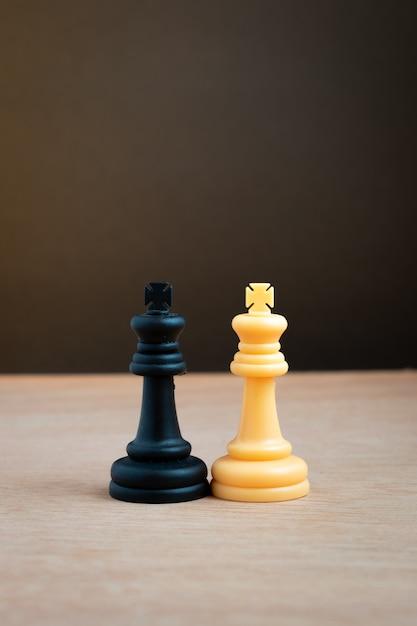 Weißer könig des schachs mit schwarzem könig des schachs Premium Fotos