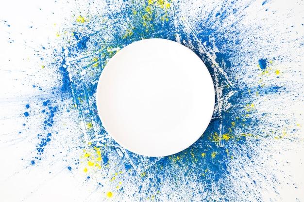 Weißer kreis auf azurblauen und gelben hellen trockenen farben Kostenlose Fotos