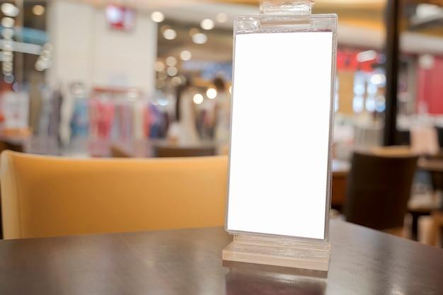 Weißer leerer aufkleber auf dem tisch. ständer für acrylzeltkarte Premium Fotos