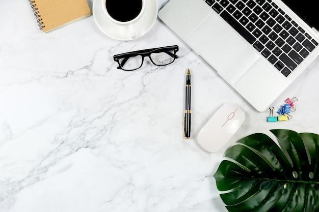 Weißer marmorschreibtisch mit leerem notizbuch und anderem büroartikel Premium Fotos