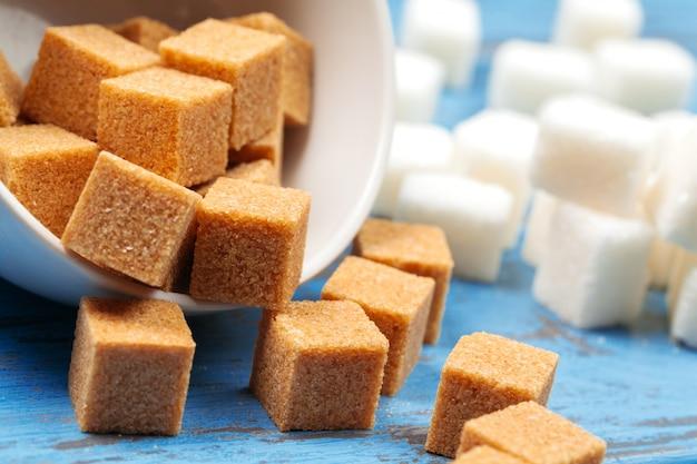 Weißer raffinierter zucker und braune unraffinierte zuckerwürfel Premium Fotos
