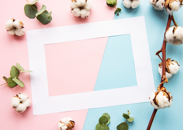 Weißer rahmen und baumwollblumen Premium Fotos