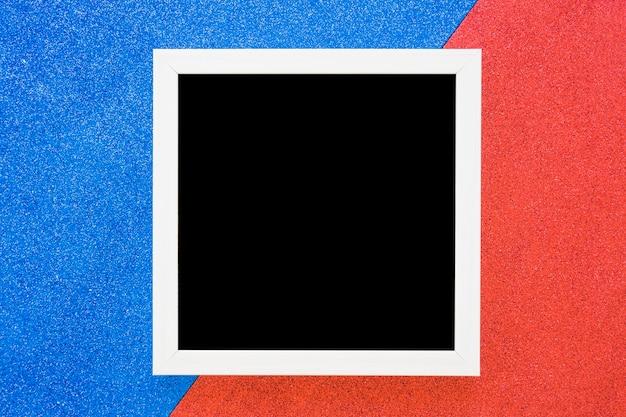 Weißer randrahmen auf doppeltem blauem und rotem hintergrund Kostenlose Fotos