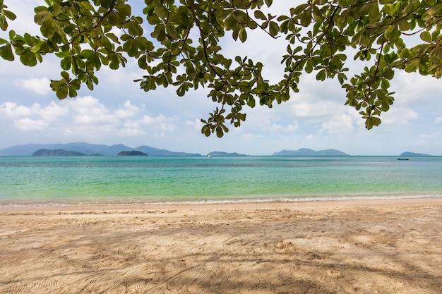 Weißer sand und blauer himmel im tropischen strand in koh wai-insel, thailand Premium Fotos