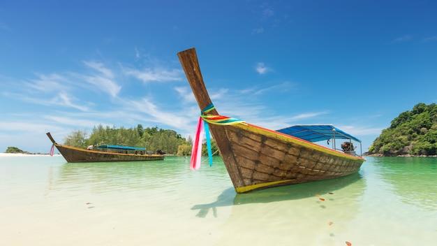 Weißer sandstrand und boot des langen schwanzes in kham tok island (koh kam tok), die schöne meer-ranong-provinz, thailand Premium Fotos
