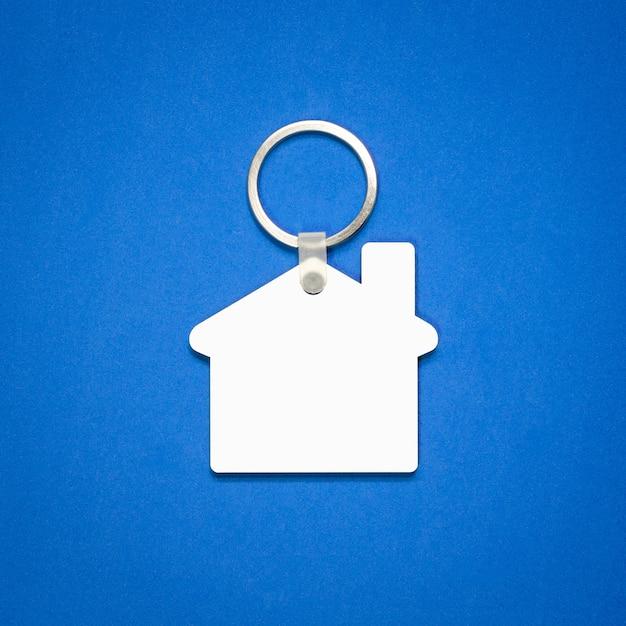 Weißer schlüsselring auf blauem hintergrund. Premium Fotos
