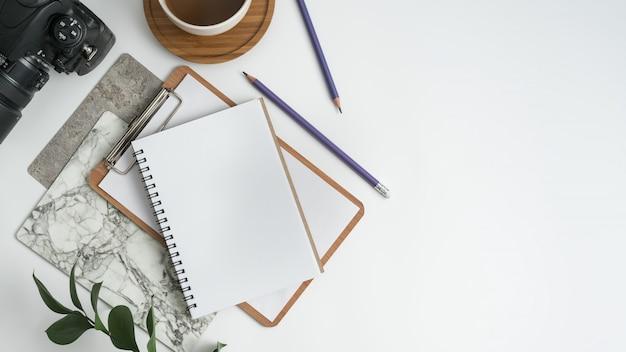 Weißer schreibtischtisch. flach legen Premium Fotos
