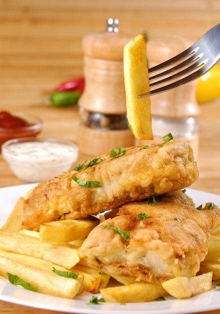 Weißer teller mit fish and chips, mayo und ketchup Premium Fotos