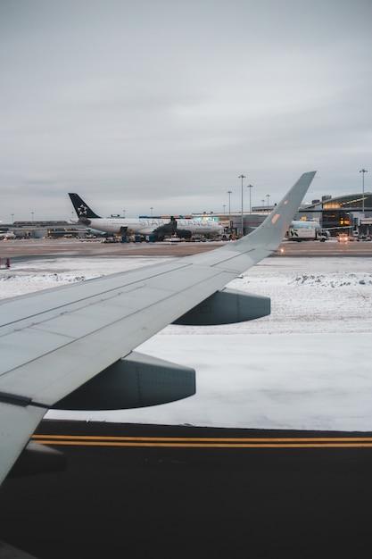 Weißer und brauner flugzeugflügel während des tages Kostenlose Fotos