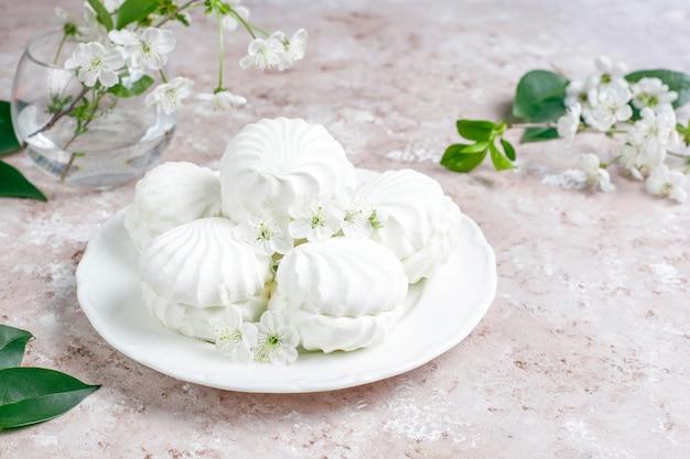 Weißer zephyr, köstliche marshmallows mit frühlingsblüten Kostenlose Fotos