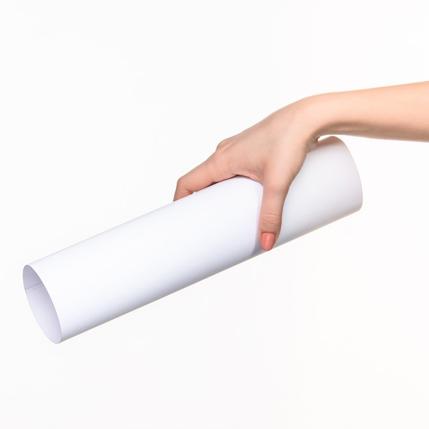 Weißer zylinder der requisiten in den weiblichen händen auf weiß mit rechtem schatten Kostenlose Fotos
