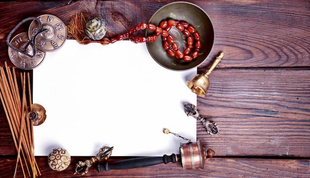 Weißes blatt papier unter religiösen musikinstrumenten Premium Fotos