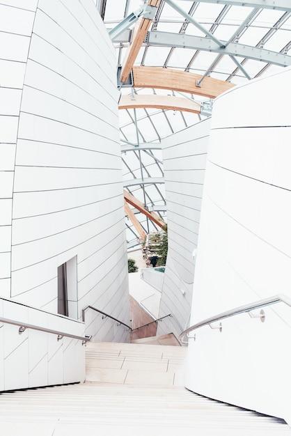 Weißes business center mit schönen texturen und einem einzigartigen design mit innentreppen Kostenlose Fotos