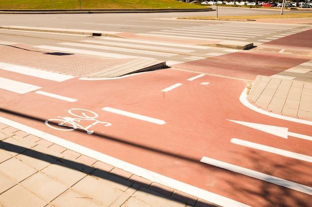 Weißes fahrradsymbol der fahrradstraße in einem stadtgebiet Kostenlose Fotos
