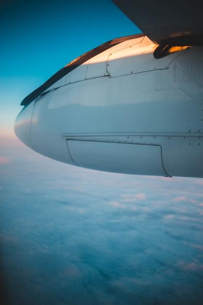 Weißes flugzeug über weißen wolken Kostenlose Fotos