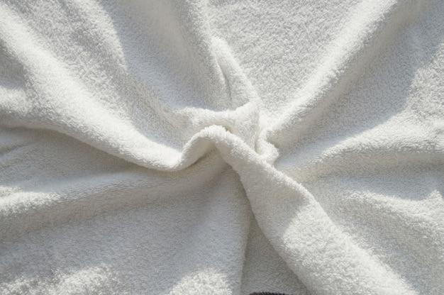 Weißes frottee-handtuch für spa-behandlungen Premium Fotos