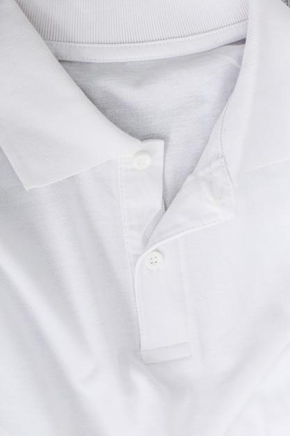 Weißes hemd auf dem tisch Kostenlose Fotos