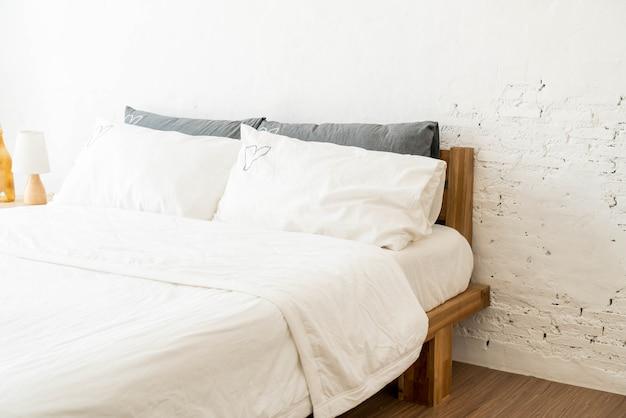 Weißes kissen auf bettdekoration im schlafzimmer Premium Fotos
