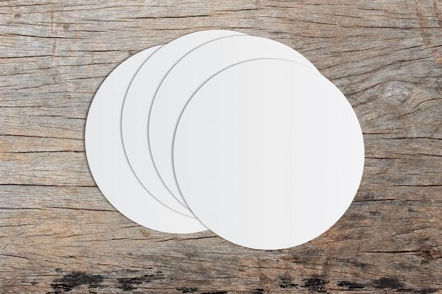 Weißes kreispapier und platz für text auf altem hölzernem hintergrund Premium Fotos