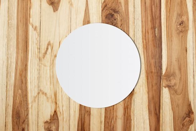 Weißes kreispapier und platz für text auf hölzernem hintergrund Premium Fotos