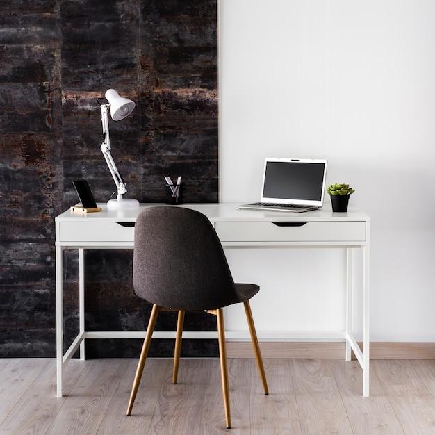 Weißes metallisches schreibtischkonzept mit stuhl Kostenlose Fotos
