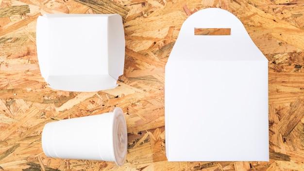 Weißes mitnehmernahrungsmittel auf hölzernem strukturiertem hintergrund Kostenlose Fotos