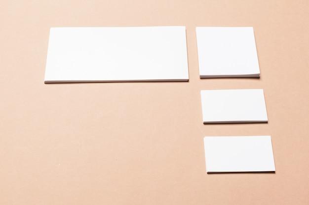 Weißes papier auf beige Premium Fotos