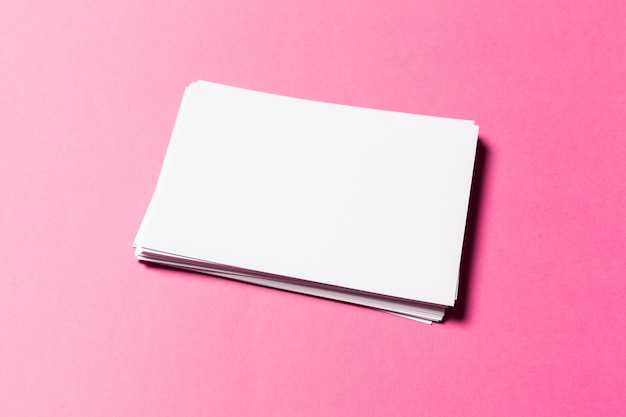 Weißes papier auf rosa Premium Fotos