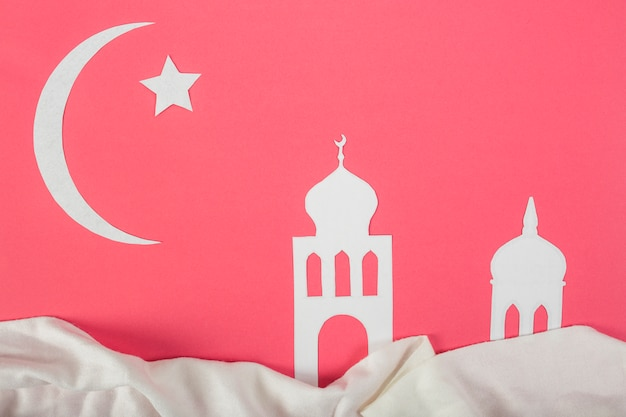 Weißes papier mit stern ausgeschnitten; mond und moschee für ramadan kareem auf rotem hintergrund Kostenlose Fotos