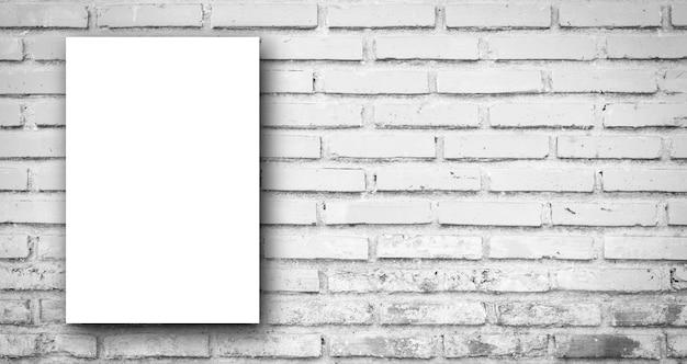 Weißes plakat auf panoramischem hintergrund der grauen tonfarbziegelsteinfliesenwand Premium Fotos