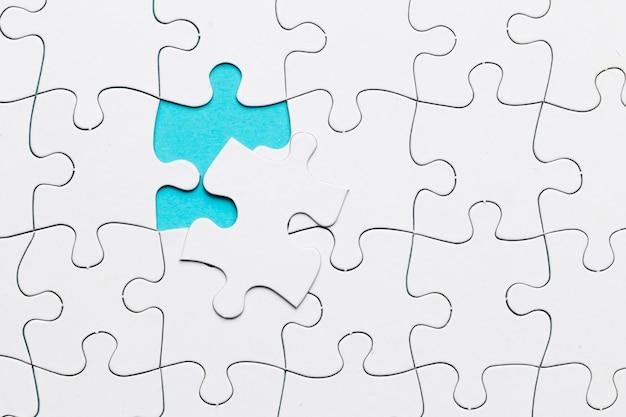 Weißes puzzle-gitter mit fehlendem puzzleteil Kostenlose Fotos