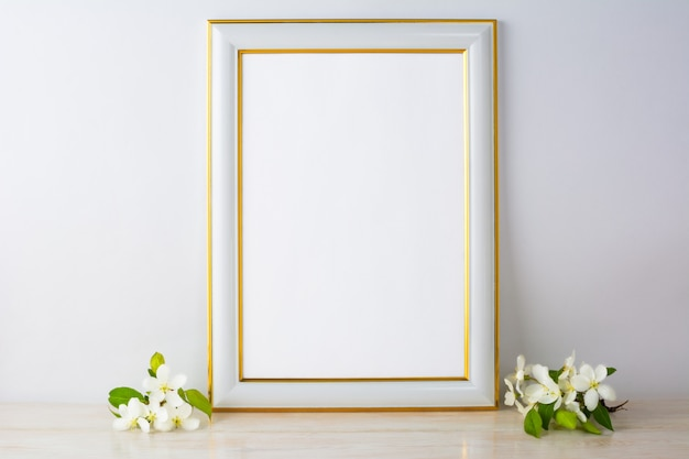 Weißes rahmenmodell mit apfelblüte Premium Fotos
