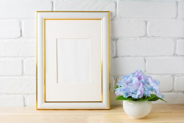Weißes rahmenmodell mit blauer hortensie Premium Fotos