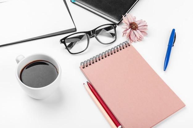 Weißes schreibtisch-, geschäfts- und bildungskonzept Premium Fotos