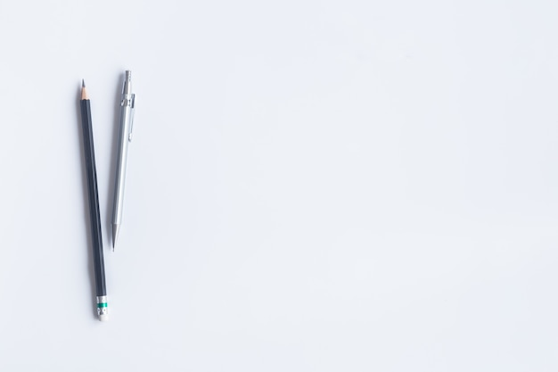 Weißes schreibtischbüro der draufsicht. wesentliche elemente der arbeitsbereichstabelle auf flacher lage. Premium Fotos
